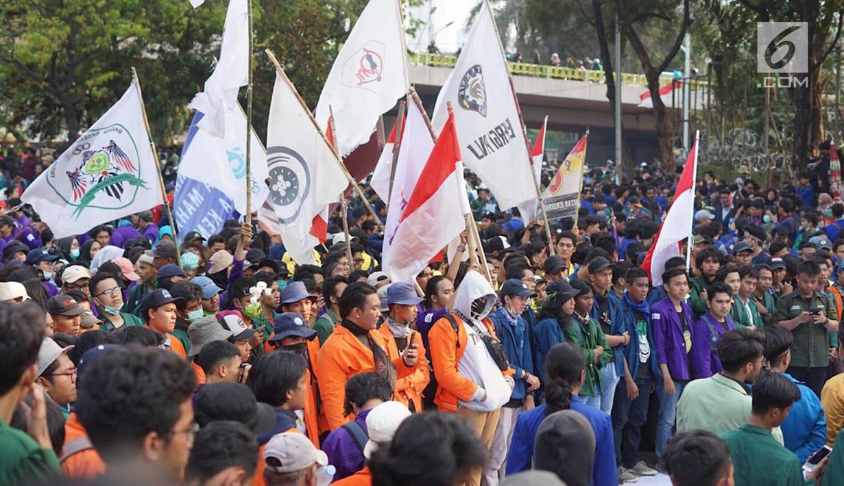 Massa dari Badan Eksekutif Mahasiswa Seluruh Indonesia (BEM SI) berunjuk rasa di sekitar DPR RI, Jakarta, Selasa (1/10/2019). Massa menuntut upaya pemberantasan korupsi kolusi nepotisme (KKN), hak rakyat untuk berpendapat, perlindungan dan pemenuhan hak asasi manusia (Liputan6.com/Immanuel Antonius)