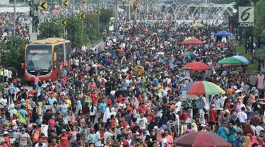 PKL berdagang di badan jalan saat Hari Bebas Kendaraan Bermotor (HBKB) atau car free day di kawasan Bundaran HI, Jakarta, Minggu (18/11). Kurangnya pengawasan menyebabkan PKL berdagang tidak pada tempatnya. (Merdeka.com/Iqbal S. Nugroho)