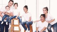 Andhika Pratama bersama Ussy Sulitawaty dan keempat anaknya. (Instagram)