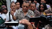Eggi Sudjana  saat memberikan keterangan pers di halaman kantor Kejagung, Jakarta, Jumat (19/9/2014) (Liputan6.com/Johan Tallo)