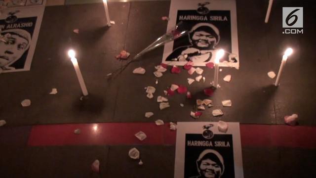 Sekelompok orang yang mengatasnamakan Bandung Supporter Alliance gelar aksi damai dengan tabur bunga dan menyalakan lilin. Aksi ini sebagai solidaritas setelah insiden tewasnya supporter asal Jakarta, Haringga Sirla.