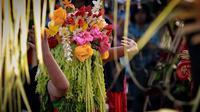 Pembagian Kembang Dharmo dan Ider Bumi menjadi penanda berakhirnya ritual adat Seblang warga Suku Osing. (Liputan6.com/Dian Kurniawan)
