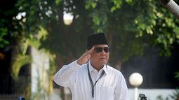 Ketua umum Partai Gerindra Prabowo Subianto memberikan hormat kepada para pendukungnya usai mendaftarkan bakal calon pasangan Presiden dan wakil presiden di Komisi Pemilihan Umum (KPU), Jakarta, Kamis (10/8).(Merdeka.com/Imam Buhori)
