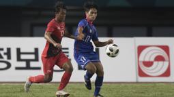 Gelandang Timnas Indonesia, Febri Hariyadi, berebut bola dengan pemain Taiwan pada laga Grup A Asian Games di Stadion Patriot, Jawa Barat, Minggu (12/8/2018). (Bola.com/Vitalis Yogi Trisna)