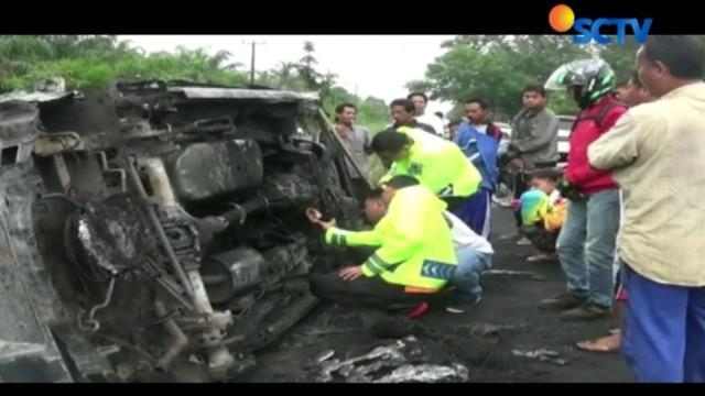 Sebuah minibus pengangkut BBM ilegal di Sumatera hangus terbakar hingga menewaskan sopir dan satu penumpang