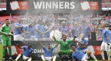 Para pemain Manchester City berselebrasi merayakan juara trofi Community Shield usai bertanding melawan Liverpool di stadion Wembley, London, Inggris (4/8/2019). Manchester City menang adu penalti atas Liverpool 4-5 (1-1). (AP Photo/Kirsty Wigglesworth)