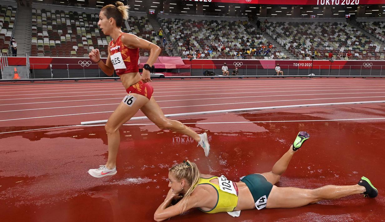 Genevieve Gregson asal Australia terjatuh saat final lari halang rintang 3000m putri pada Olimpiade Tokyo 2020 di Olympic Stadium, Tokyo, Rabu (4/8/2021). (Foto: AFP/Andrej Isakovic)