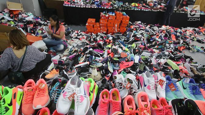 Pengunjung memilih produk yang ditawarkan dalam diskon sepatu bermerek Nike di Mal Grand Indonesia, Jakarta, Rabu (23/8). Diskon besar-besaran itu berlangsung sejak 21 hingga 27 Agustus 2017 mendatang. (Liputan6.com/Immanuel Antonius)