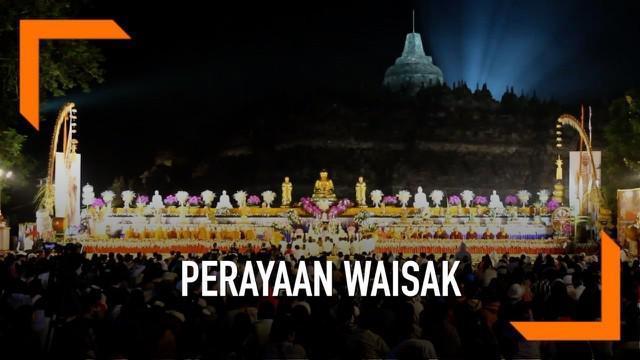 Ribuan umat Buddha dari berbagai daerah di Indonesia mengikuti detik-detik Waisak 2563 BE/2019 di pelataran Candi Borobudur Kabupaten Magelang, Jawa Tengah.