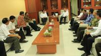 Gubernur NTT, Viktor Bungtilu Laiskodat menunjuk Ketua Pegurus Wilayah Nahdlatul Ulama (PWNU) NTT sebagai Ketua Panitia Pesta Paduan Suara Gerejani. (Liputan6.com/ Ola Keda)