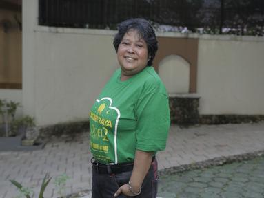 Suti Karno tersenyum lebar saat menghadiri buka bersama pemeran Si Doel The Movie 2. Suti Karno terlihat sangat trendi mengenakan kaos berwarna hijau dengan gaya tangan dimasukan sakunya. Suti Karno terlihat antusias mengiuti acara bukber di rumah Rano Karno (KapanLagi.com/Muhammad Akrom Sukarya)