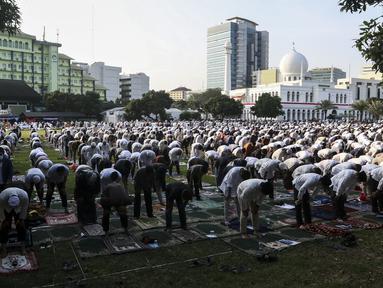 Jemaah melaksanakan salat Idul Adha 1441 H di Masjid Al-Azhar, Jakarta, Jumat (31/7/2020). Pelaksanaan salat Id dilakukan secara berjemaah di masjid atau lapangan dengan menerapkan protokol kesehatan, seperti mengenakan masker dan menjaga jarak. (Liputan6.com/Johan Tallo)