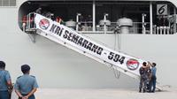KRI Semarang-594 saat sandar di dermaga 203, Jakarta, Jumat (15/3). KRI ini memiliki spesifikasi panjang 124 m, lebar 21,8 m, dan berat 72 ton. Kapal ini mampu berlayar selama 30 hari dengan kecepatan maksimal 16 knot. (Liputan6.com/Helmi Fithriansyah)