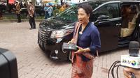 Intip gaya anggun Menteri BUMN Rini Soemarno saat menghadiri pesta Resepsi Kahiyang Ayu-Bobby Nasution di Medan. (Liputan6/ Aditya Eka Prawira)