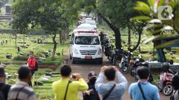 Mobil jenazah yang membawa jasad presenter Rina Gunawan di TPU Tanah Kusir, Jakarta, Rabu (3/3/2021). Rina Gunawan mengembuskan napas terakhirnya di RSPP Simprug Pada Selasa (2/3/2021) malam. (Kapanlagi.com/Budy Santoso)