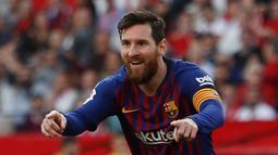 Selebrasi penyerang Barcelona Lionel Messi usai mencetak gol ke gawang Sevilla pada laga La Liga di Stadion Ramon Sanchez Pizjuan, Sevilla, Sabtu (23/2). Barcelona menang 4-2. (AP Photo/Miguel Morenatti)