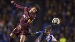 Striker Barcelona, Lionel Messi, duel udara dengan bek Deportivo La Coruna, Luisinho, pada laga La Liga di Stadion Riazor, Senin (30/4/2018). Barcelona menang 4-2 atas Deportivo La Coruna. (AP/Lalo R. Villar)