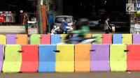 Kondisi pemisah jalan yang dicat warna warni di Jalan Raya Ragunan sekitar Pasar Minggu, Jakarta, Selasa (24/7). Di kawasan ini pemisah jalan di cat warna warni sehingga terlihat lebih semarak. (Liputan6.com/Helmi Fithriansyah)