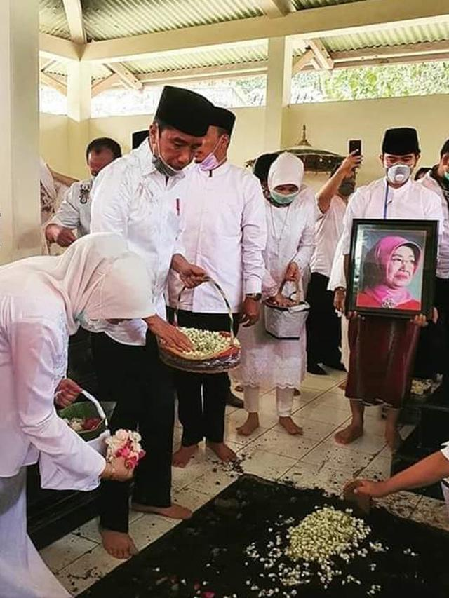 Momen Jokowi Makamkan Ibunda di Solo