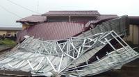 Di kawasan Kompleks Grand Residence 3, Jalan HM Puna Sembiring, Deli Serdang, hujan deras disertai angin kencang menyebabkan atap rumah milik warga bernama Luqman Saksono terbang hingga kurang lebih 100 meter