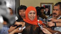Menteri Sosial Khofifah Indar Parawansa menjawab pertanyaan wartawan usai melakukan serah terima jabatan, Jakarta, Selasa (28/10/2014). (Liputan6.com/Miftahul Hayat)