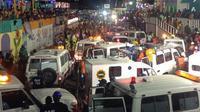 16 Orang dilaporkan tewas setelah seorang pria di atas mobil sebuah grup musik Karnaval tersengat kabel listrik bertegangan tinggi.