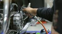 Bolehkah Menyemprot Lubang Oli Motor Dengan Kompresor? (Foto: Shutterstock)