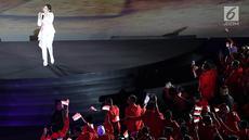 """Penyanyi dangdut, Via Vallen membawakan  lagu """"Meraih Bintang"""" pada pembukaan Asian Games 2018 di Stadion Gelora Bung Karno, Jakarta, Sabtu (18/8). Via Vallen tampil setelah defile atlet dari 45 negara termasuk Indonesia. (Liputan6.com/ Fery Pradolo)"""