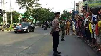 Warga Medan Sambut Kedatangan Jokowi dengan Lambaikan Bendera Merah Putih