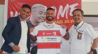 Rafael Silva (tengah) diperkenalkan sebagai pemain baru Madura United. (Dok Madura United)