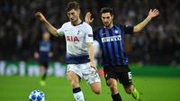 Aksi bek Tottenham Hotspur, Ben Davies saat dikawal oleh Mateo Politano pada laga lanjutan Liga Champions yang berlangsung di stadion Wembley, Inggris, Kamis (29/11). Tottenham Hotspur menang 1-0 atas Inter Milan (AFP/Ben Stansall)