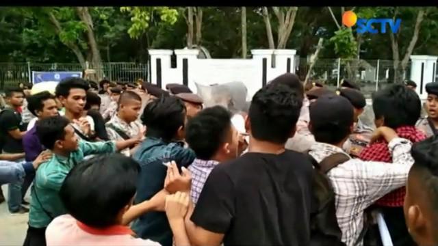 Para mahasiswa menuntut agar pelaku penganiayaan terhadap warga dalam kasus sengketa lahan di Kelurahan Bende, Kota Kendari,
