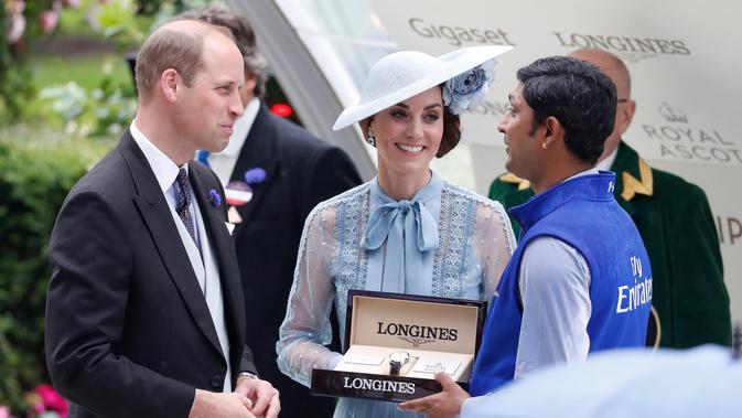 Duchess of Cambridge Kate Middleton bersama suaminya Duke of Cambridge Pangeran William menyerahkan trofi kepada pemenang saat menghadiri ajang pacuan kuda Royal Ascot di Ascot, Inggris, Selasa (18/6/2019). (AP Photo/Alastair Hibah)