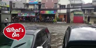 Banjir di Bandung kali ini terbilang parah. Sebuah mobil hanyut terbawa derasnya air