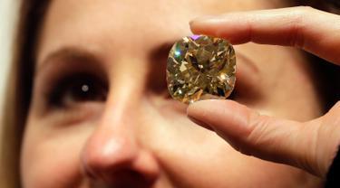 Sebuah berlian 118,05 karat dipamerkan di balai lelang Christie, London, Inggris, Selasa (9/4). Berlian yang ditaksir berharga Rp 35-49 M ini akan dilelang di Geneva Magnificent Jewels pada 15 Mei mendatang. (AP Photo/Kirsty Wigglesworth)