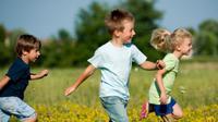 Anak-anak asyik bermain di bawah sinar matahari