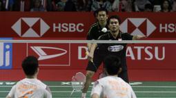 Ganda putra Indonesia, Mohammad Ahsan, melakukan servis saat melawan ganda China pada Indonesia Masters 2019 di Istora Senayan, Jakarta, Sabtu (26/1). Ahsan / Hendra ke final. (Bola.com/Yoppy Renato)