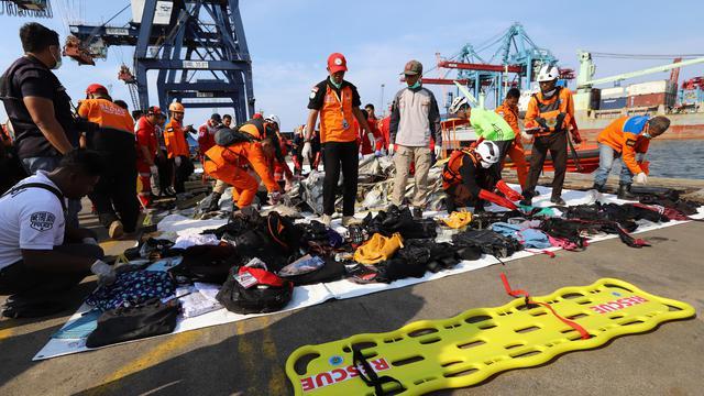 Melihat Sisa Barang Penumpang Lion Air Jatuh