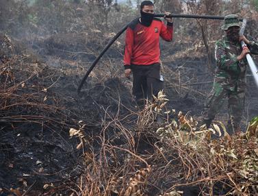 Aksi Prajurit TNI Berjibaku Padamkan Kebakaran Hutan Riau