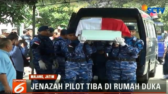 Tangis menyambut kedatangan jenazah Kolonel Muhammad Jusuf Hanafie di rumah duka di Perumahan Dirgantara, Sawojajar, Kota Malang.