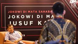 Wakil Presiden Jusuf Kalla mendengarkan pertanyaan dari kaum muda millenial di komunitas Kamis Kerja saat menghadiri dialog yang bertemakan Jokowi di Mata Sahabat: Jokowi Di Mata Jusuf Kalla, Jakarta, Kamis (21/3). (Liputan6.com/Fery Pradolo)