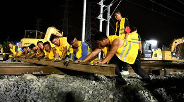Para pekerja jalur kereta bekerja di lokasi konstruksi kereta cepat Hefei-Anqing, Provinsi Anhui, China, 25 Agustus 2020. Kereta cepat tersebut menghubungkan Kota Hefei dan Anqing. (Xinhua/Liu Junxi)