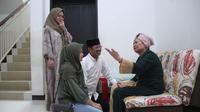 Calon Gubernur Sulawesi Selatan Ichsan Yasin Limpo beserta keluarga di kediaman ibunda di Makassar, Rabu (27/6/2018). (Liputan6.com/Eka Hakim)