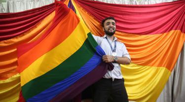 Ekspresi aktivis hak lesbian, gay, bisexual, transgender (LGBT) setelah Mahkamah Agung India mendekriminalisasi hubungan sesama jenis di Mumbai, India, Kamis (6/9). Keputusan itu disetujui secara bulat oleh lima panel hakim. (AP Photo/Rafiq Maqbool)