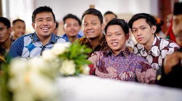 Video Bayu Skak yang diunggah ke chanel Youtubnya kebanyakan menggunakan bahasa Jawa Timuran. Bayu Skak saat bersama pemain Yowis Ben, kompak memakai batik. (Liputan6.com/IG/@moektito)
