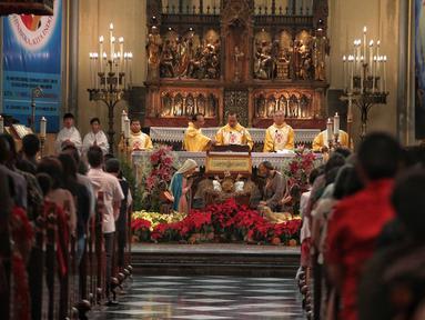 Uskup Agung Jakarta Mgr Ignatius Suharyo memimpin  misa Natal di Gereja Katedral, Jakarta, Selasa (25/12). Natal tahun 2018 di Gereja Katedral Jakarta diselenggarakan dengan mengusung tema Yesus Kristus Hikmat Bagi Kita. (Liputan6.com/Faizal Fanani)