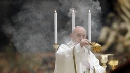 Paus Pimpin Misa Tanpa Jemaat: Paus Fransiskus menyebarkan asap dupa saat memimpin Misa Malam Paskah di Basilika Santo Petrus, Vatikan, Sabtu (11/4/2020). Misa ini tidak dihadiri jemaat karena pandemi virus corona COVID-19. (Remo Casilli/Pool Photo via AP)