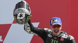 2. Pembalap Monster Energy Yamaha, Maverick Vinales, tampil kurang memuaskan karena terpental di posisi 14 balapan MotoGP Republik Ceska di Sirkuit Brno, Minggu (9/8/2020). Namun demikian, ia tetap berada di posisi ke dua klasemen dengan 42 poin. (AFP/Peter Dejong)