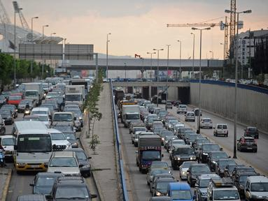 Kondisi lalu lintas kendaraan di Beirut, Lebanon, 30 November 2020. Menteri Kesehatan Lebanon Hamad Hassan pada Minggu (29/11) mengumumkan bahwa kebijakan karantina wilayah (lockdown) akan dicabut secara bertahap mulai Senin (30/11). (Xinhua/Bilal Jawich)