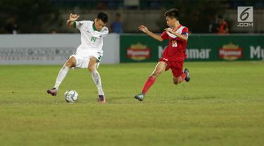 Pemain Timnas U-19 Indonesia Feby Eka Putra menggiring bola dengan kawalan Timnas U-19 Filipina dalam laga kedua Grup B Piala AFF U-18 di Thuwunna Stadium, Myanmar, Kamis (8/9). Timnas U-19 Indonesia menang telak 9-0. (Liputan6.com/Yoppy Renato)